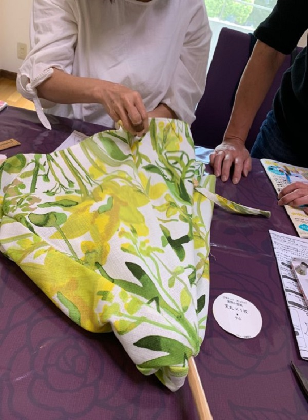 日傘の布を縫う